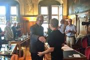 Die Luzerner Parlamentspräsidentin Laura Grüter gratuliert Beat Züsli. (Bild: Neue LZ)