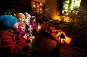 Die Kinder lieben das Weihnachtsfenster bei der Montessori-Schule. (Bild: Stefan Kaiser / Neue ZZ)