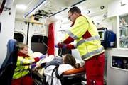 Blick in ein Ambulanzfahrzeug des Luzerner Kantonsspitals mit den Rettungssanitätern Thomas Brunner (links) und Michael Hediger (Symbolbild). (Bild Corinne Glanzmann)