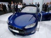 Das Elektroauto-Unternehmen Tesla will in Zukunft nicht nur Autos, sondern auch Lastwagen und Busse bauen. Darüber hinaus will das Unternehmen auch Solardächer anbieten. (Bild: KEYSTONE/AP/MICHAEL PROBST)