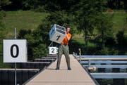 Wo kommt die Nummer 1 hin? Ein ZSO-Pionier nummeriert die Startplätze. (Bild: PD)