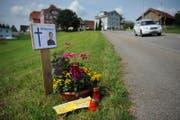 Blumen erinnerten in Hohenrain 2009 an die brutale Tat. (Bild: Boris Bürgisser (Hohenrain, 9. August 2009))