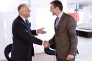 Thomas Gübelin (links) übergibt seinem Sohn Raphael die Geschäftsführung. (Bild pd)
