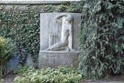 Erhalten hat sich das Brunnenrelief «Auferstehender». Dieses steht seit 1956 etwas versetzt an der Stützmauer. (Bild: Werner Schelbert (28. März 2017) / PD)