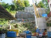 Der überhängende Fels wird mittels drei Betonpfeilern und diversen Felsankern abgestützt. (Bild: pd)