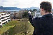 Jens Kordetzky zeigt auf das Nachbarshaus, auf dem die Antenne gestellt werden soll. (Bild: Maria Schmid / Neue ZZ)