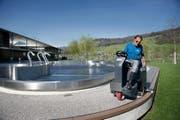 Christoph Hess vom Erlebnisbad Seefeld in Sarnen bereitet die Badesaison vor. Das Bild stammt aus dem letzten Jahr. (Bild: Corinne Glanzmann)