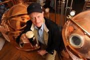Eckhard Schwöbel stemmt in der Rathaus Brauerei eines seiner Biere. (Bild Eveline Bachmann/Neue LZ)