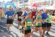 Kurz nach dem Start setzen sich die schnelleren Läauferinnen und Läufer ab. (Bild: Philipp Schmidli / Neue LZ)