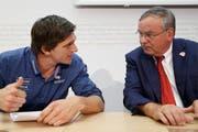 Skicrosser Mike Schmid (links) mit Jean-Francois Rime (SVP) an einer Medienkonferenz zum Thema «Nein zur Aufhebung der Wehrpflicht». (Bild: Keystone)