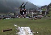 Damit er seine Flips weiterhin machen kann, hat Andrin Ragettli jede Schneeflocke zusammengekratzt. (Bild: Screenshot Youtube)