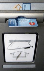 Bargeld beziehen und horten – seit der Finanzkrise ein bekanntes Phänomen. (Symbolbild: Walter Bieri/Keystone)