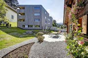 Das Haus am Kirchrainweg in Kriens (links) setzt in Sachen Energieeffizienz und Bauökologie neue Standards. Energieeffizientes Bauen gilt in der Schweiz als Markt mit riesigem Potenzial. (Bild: Aura/Gabriel Ammon)