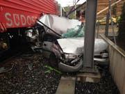 Bei einer Kollision zwischen einem Auto und einem Zug wurde ein 58-jähriger Autofahrer verletzt. (Bild Kapo Schwyz)