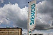 Symbolträchtig: Dunkle Wolken über dem Siemens-Areal in der Stadt Zug. (Bild: Keystone)