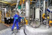 Ein Arbeiter des Bauchemie- und Klebstoffherstellers Sika bereitet an einem Reaktor die Mischung für die Herstellung eines Klebstoffs vor. (Bild: EQ/Moritz Hager)