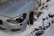 Das war noch der geringste Schaden: Ein kaputter Scheinwerfer und eingedrücktes Blech. (Bild: Luzerner Polizei)