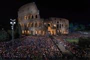 Tausende Gläubige versammeln sich am Karfreitagabend in Rom vor dem Kolosseum, um die Fackel-Prozession in Gedenken an die Kreuzigung von Jesus abzuhalten. (Bild: Giorgio Onorati (Rom, 14. April 2017))