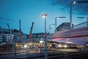 In den frühen Morgenstunden waren die Bergungsarbeiten bei der Langensandbrücke noch in vollem Gang. (Bild: Pius Amrein (Luzern, 23. März 2017))