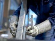 Weniger Aufträge: Der Verband der Maschinenindustrie Swissmem erwartet in der zweiten Jahreshälfte einen beschleunigten Arbeitsplatzabbau. (Bild: KEYSTONE/GAETAN BALLY)
