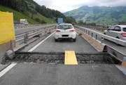 Dieses Auto geriet auf eine Baustelle und überquerte eine grosse Lücke im Strassenbelag. (Bild: Kantonspolizei Schwyz)