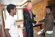 José Flüeler, Vertreter der kantonalen Behörde, übergibt den Männern die Schlüssel. (Bild: Eveline Beerkircher / Neue LZ)