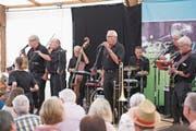 Dixieland im Zelt: die Steppin Stompers am Jazz im Sommer in Baar. (Bild: Maria Schmid (16. Juli 2017))