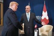 US-Präsident Donald Trump traf im Rahmen des WEF 2018 auf Bundespräsident Alain Berset. (Bild: Peter Klaunzer/EPA)