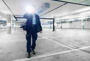 Nachteinsatz im Parkhaus Arena in Zug: Die Securitas-Mitarbeiterin kontrolliert Türen und Notausgänge, prüft, ob keine Gegenstände herumliegen oder Autos beschädigt sind. (Bild: Stefan Kaiser (Zug, 4. August 2017))