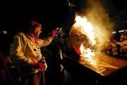 Das Ende der Fasnacht ist besiegelt: Der Badjöggel brennt lichterloh. (Bild Werner Schelbert)