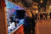Besucher am Zuger Weihnachtsmarkt 2015. Bild: Werner Schelbert