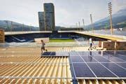 Bauarbeiten auf dem Stadiondach der Swissporarena in Luzern. Ein Grossteil der Fläche ist bereits mit Solarpanels ausgestattet. (Bild Jakob Ineichen)