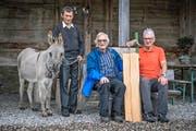Josef Stöckli (Mitte) durfte gestern den diesjährigen Eselpreis in Empfang nehmen. Flankiert wird er von Esel Bimbo und dessen Halter Jules Rampini sowie Marcel Sonderegger von der Projektgruppe «Wieder mehr Sonntag».Bild: Pius Amrein (Ufhusen, 18. September 2016)