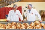 Paul Philipp Hug, Präsident des Verwaltungsrats der Hug-Gruppe (links), und sein Geschäftsleiter Andreas Tobler in der Produktion der Bäckerei in Littau. (Bild: Philipp Schmidli (Luzern, 19. Juni 2017))