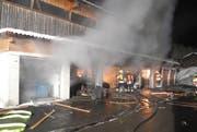 Feuerwehrleute versuchen den Brand zu löschen. (Bild: Kapo Schwyz)