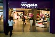 Kunden betreten das Modehaus Charles Vögele im Seedamm Center in Pfäffikon. (Archivbild: Keystone)