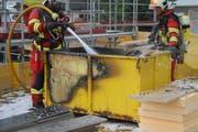 Die Feuerwehr löscht in Altendorf einen Brand in einer Baugrube. (Bild: Polizei Schwyz)