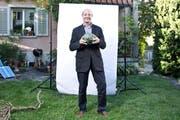 Handball war früher Louis Schelberts (63) Lieblingssport. Unser Bild zeigt ihn in seinem Garten in Luzern. (Bild: Manuela Jans / Neue LZ)