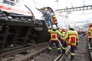 Die Feuerwehr rettete im März 2017 Zugpassagiere aus einem entgleisten Zug im Bahnhof Luzern. (Bild: Feuerwehr Stadt Luzern)