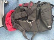 In den präparierten Rucksäcken fand die Zuger Polizei gestohlene Ware im Wert von über 1000 Franken. (Bild: Polizei Zug)