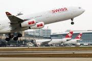 Beamte sollen auf Dienstreisen weiterhin das Flugzeug nehmen dürfen. (Bild: Keystone / Steffen Schmidt)