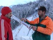 Toni und Paul Töngi inspizieren eine Schneelanze vor dem Einbau. (Archivbild: PD/Beat Christen)
