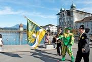Die Wey-Zunft ist gestern mit ihrem neuen Banner von der Franziskanerkirche an der Jesuitenkirche vorbei bis zum «Schweizerhof» gezogen. (Bild Nadia Schärli)