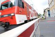 Eine Zentralbahn-Komposition bei der Durchfahrt bei einer Schranke kurz vor der Einfahrt in Luzern. (Bild Pius Amrein/Neue LZ)