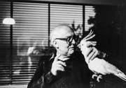 Friedrich Dürrenmatt schimpft in den 1980er-Jahren mit seinem Kakadu. Filmszene aus «Porträt eines Planeten». (Bild: DCM Film/PD)