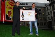 Nimmt den Check in Empfang: Gewinner Philipp Michel (rechts). (Bild pd)