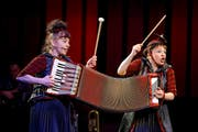 Die Musik-Clowninnen Charlotte Wittmer und Ursina Gregori mit ihrer Handorgel. Sie lässt sich noch weiter ausziehen als auf dem Bild. (Bild PD)