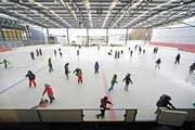 Schlittschuhläufer im Regionalen Eiszentrum Luzern profitieren von den Einnahmen des Parkhauses. Bild: Pius Amrein (15. Januar 2016)