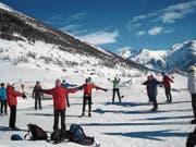 Eine Ü60-Gruppe wärmt sich vor dem Gang auf die Langlaufloipe auf. (Bild: PD)