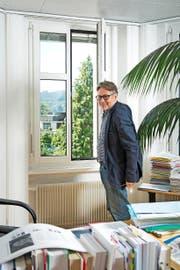 Bald heisst es definitiv Fenster schliessen: Datenschützer Hanspeter Thür in seinem Büro in Bern. (Bild Dominik Wunderli)